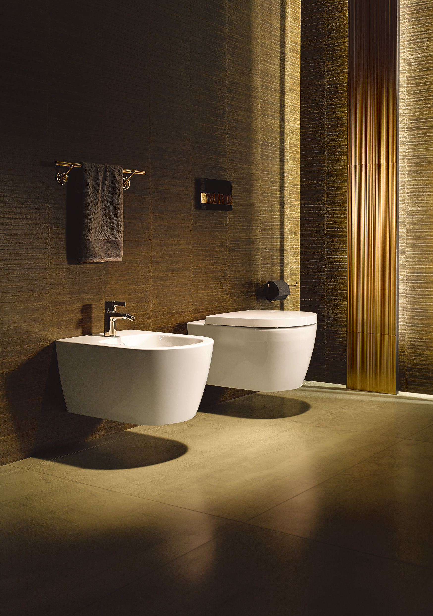 ایده طراحی سرویس بهداشتی دیوار زیورآلات طلایی و کف کرم با سرویس سفید