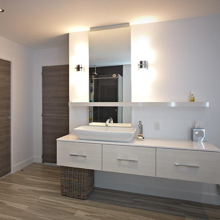 ایده طراحی سرویس بهداشتی کابینت روشویی سفید کف رنگ چوب