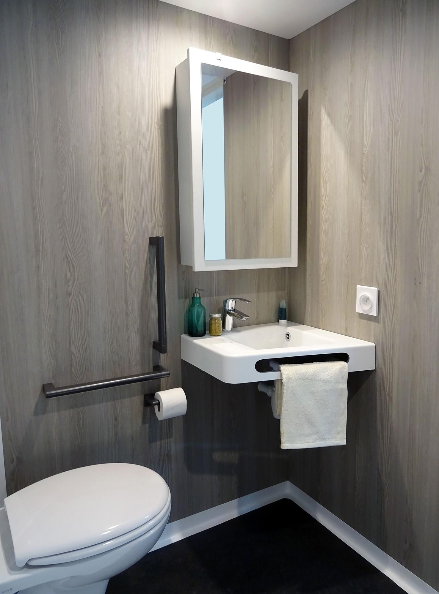 ایده طراحی سرویس بهداشتی کم جا دیوار طرح چوب کف مشکی